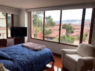 Un dormitorio con un gran ventanal y una cama en Apartamento En Venta En Bogota Gratamira