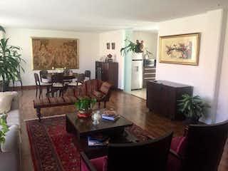 Una sala de estar llena de muebles y una planta en maceta en Apartamento En Venta En Bogotá La Carolina