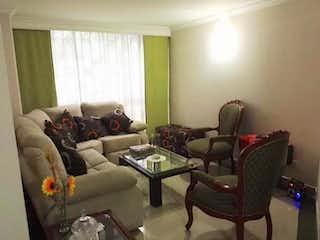 Una sala de estar llena de muebles y una ventana en Apartamento en venta en Pontevedra, 89m²