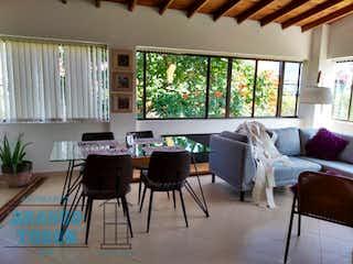Una sala de estar llena de muebles y una gran ventana en EL PARQUE
