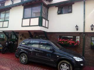 Un coche estacionado delante de un edificio en Casa
