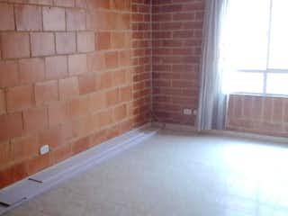 La pared de ladrillo con la ventana en ella en Edificio