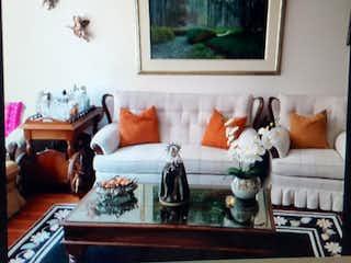 Una sala de estar llena de muebles y una pintura en Casa