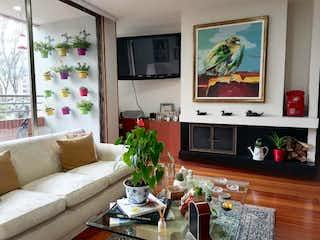 Una sala de estar llena de muebles y una televisión de pantalla plana en COUNTRY PLAZA