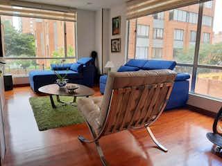 Una sala de estar llena de muebles y una ventana en Apartamento En Venta En Bogota Colina Campestre