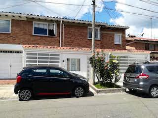 Un coche estacionado delante de una casa en Casa En Venta En Bogota Pontevedra