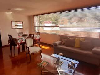 Una sala de estar llena de muebles y una televisión de pantalla plana en VENTA APARTAMENTO DUPLEX CEDRO GOLF