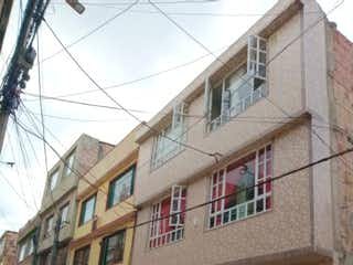 Un edificio que tiene una señal en él en VENTA/PERMUTA CASA EN VILLAS DEL DORADO ENGATIVA
