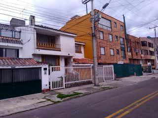 Un edificio de ladrillo con un letrero en la calle en Casa en venta en Caobos Salazar, 293m² con Zonas húmedas...