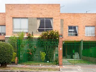 Un edificio con plantas verdes y una cerca en Casa en Venta CEDRITOS
