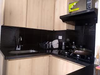 Una cocina con una estufa negra y microondas en Apartamento en venta en Pajarito de tres habitaciones