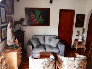 Una sala de estar llena de muebles y una chimenea en Apartamento en venta en San Diego de tres habitaciones