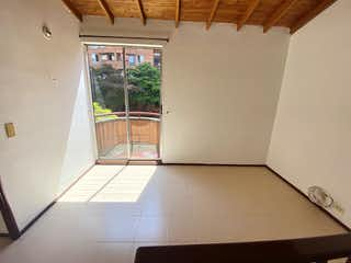 Un refrigerador congelador blanco sentado dentro de una cocina en Casa en venta en La Villa de 150mts