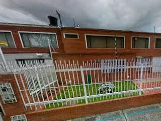 Un edificio con una cerca y una cerca en Casa en Venta CERROS DE NIZA