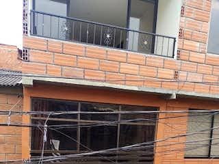Un gran edificio de ladrillo con una gran ventana en Casa en venta en El Vergel de 3 alcoba