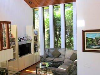 Una sala de estar llena de muebles y una televisión de pantalla plana en Casa en Bosque de Nogales, Bosque de Las Lomas, Miguel Hidalgo.