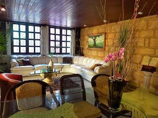 Una sala de estar llena de muebles y flores en Valentín Gómez Farías, San Angel, Altavista, Alvaro Obregon