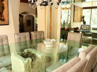 Una sala de estar llena de muebles y una chimenea en Bosque de Moras 23, Bosque de Las Lomas, Miguel Hidalgo.