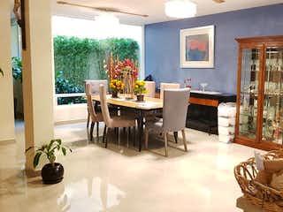 Un hombre sentado en una silla en una sala de estar en Casa en venta en Santa María Tepepan de 262mts