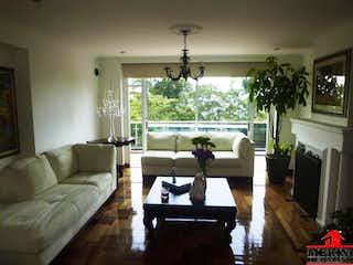 Una sala de estar llena de muebles y una lámpara de araña en CASA INDEPENDIENTE SAN FELIPE