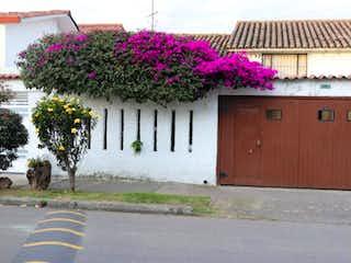 Una flor en un jarrón sentado junto a un edificio en Casa En Venta En Bogota Modelia