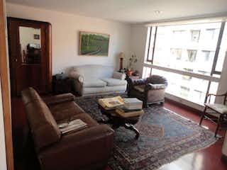 Una sala de estar llena de muebles y una ventana en Apartamento En Venta En Bogota Los Rosales