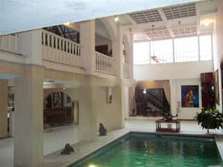 Una vista de una sala de estar con un gran ventanal en Casa En Venta En Bogota Bella Suiza-Usaquén