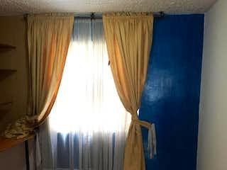 Un cuarto de baño con un inodoro blanco y lavabo en Apartamento En Venta En Bogota Bochica-Engativa
