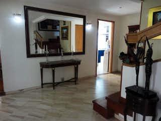 Una sala de estar llena de muebles y una mesa en Casa En Venta En Bogota San Jose De Bavaria