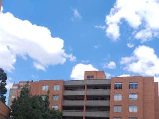 Un gran edificio en medio de una calle en Apartamento En Venta En Bogota Colina Campestre-Gratamira