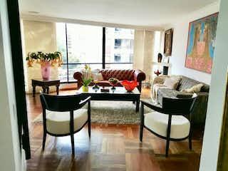 Una sala de estar llena de muebles y una gran ventana en Apartamento En Venta En Bogota Multicentro-Usaquén