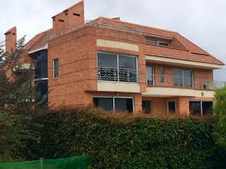 Un gran edificio de ladrillo con un reloj en él en Casa En Venta En Sopo Hato Grande