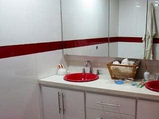 Un cuarto de baño con lavabo y un espejo en Apartamento En Venta En Bogota La Cabrera