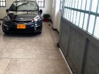 Un coche negro estacionado delante de un edificio en Casa En Venta En Bogota Normandia Occidental
