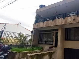 Un edificio muy alto con una ventana grande en Casa En Venta En Bogotá Pasadena