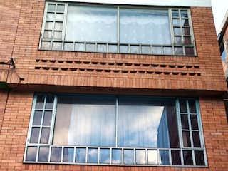 Un edificio de ladrillo con una ventana y una ventana en Casa En Venta En Bogota Alamos
