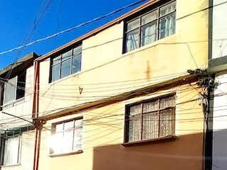 Un edificio con un reloj en el costado en Casa En Venta En Bogota Florida Blanca