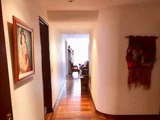 Una sala de estar llena de muebles y un suelo de madera en Apartamento En Venta En Bogota La Cabrera