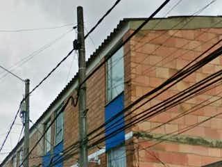 Un pájaro sentado al lado de un edificio en Casa