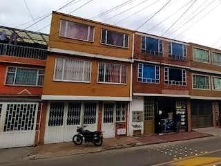 Una calle de la ciudad llena de edificios y edificios en Casa En Venta En Bogotá Bellavista Occidental