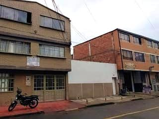 Un par de edificios que están uno al lado del otro en Casa En Venta En Bogota Los Cerezos