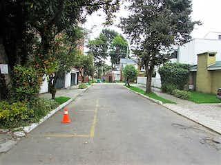 Una calle que tiene un hidrante de fuego rojo en ella en Casa En Venta En Bogota Santa Paula-Usaquén