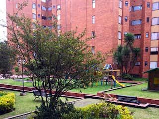 Una vista de una calle con un edificio en el fondo en Apartamento En Venta En Bogota La Calleja