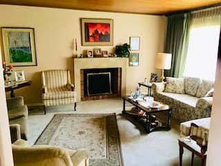 Una sala de estar llena de muebles y una chimenea en Casa en venta en Santa Paula, de 228,38mtrs2