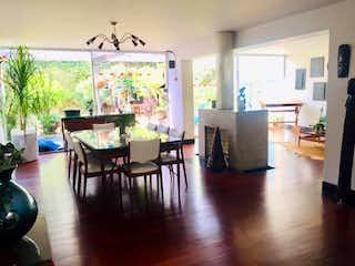 Una sala de estar llena de muebles y una televisión de pantalla plana en Casa En Venta En Bogota Santa Ana Occidental-Usaquén