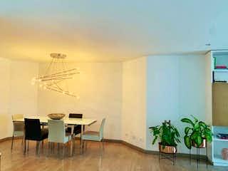 Una sala de estar con una mesa y sillas en VENTA APARTAMENTO 160m2 55m2 ALTOS DE LA CABRERA BOGOTA