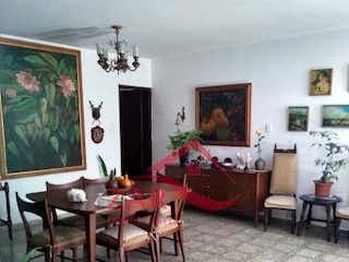 Una sala de estar llena de muebles y una televisión de pantalla plana en Casa en venta en Calasanz de 262mts