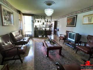 Una sala de estar llena de muebles y una televisión de pantalla plana en EDIFICIO AGUACATALA