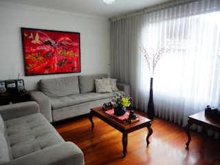 Una sala de estar llena de muebles y una gran ventana en Apartamento En Venta En Bogota Colina Campestre