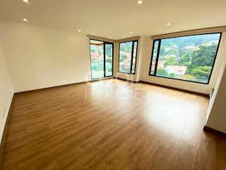 Una sala de estar con suelos de madera dura y un gran ventanal en Apartamento en venta en El Refugio
